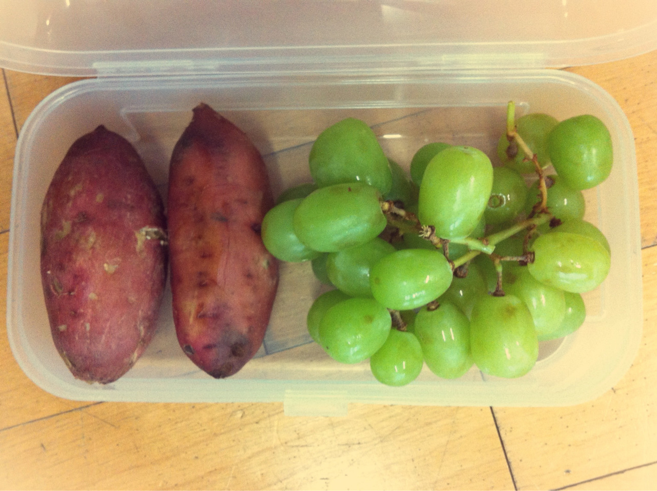 Dinner Pack : steamed sweet potatoes and green grapes. Sweet potato is one of my favorite vegetable