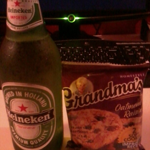 #snackage #Heineken #OatmealCookies #InLove #Delish  (Taken with Instagram)