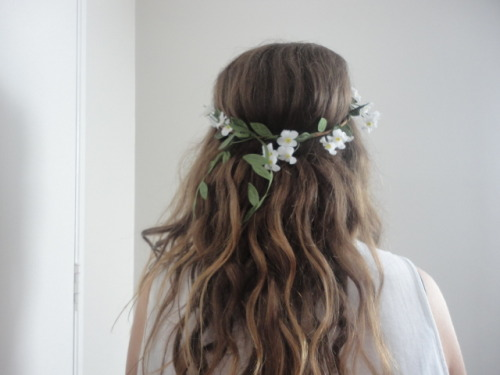 colddmilk:  daisytropic-s:  flower crown  pretty