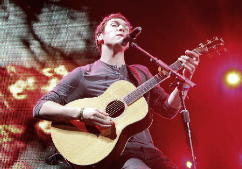 Phillip Phillips, winner of 'American Idol,' plays a song for the crowd at the Mohegan Sun Arena on Thursday night. He will perform tonight at Atlantic City Boardwalk Hall and Saturday night at Sovereign Center in Reading.