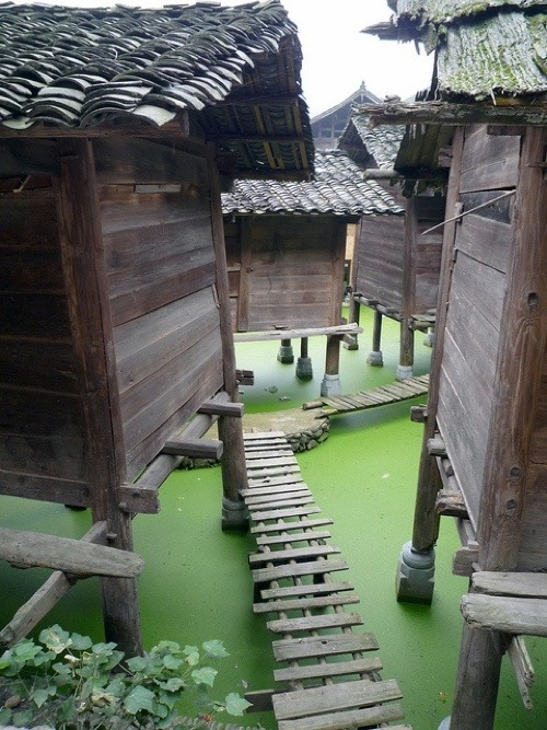 hippist:  downbythevvater:  Zhouzhuang is China's oldest water town.One of Chinese best preserved water towns, Zhouzhuang is the perfect one day interlude during you Shanghai experience.  si gorgeous , fav color