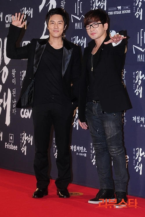 kimdongwan:    120907 - Dongwan and Minwoo on the red carpet for the VIP premiere of 'Gwanghae, The Man Who Would Be King'    awww oppas are color-coordinated. <3