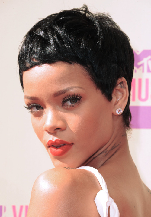How major was Rihanna's new jet black pixie at the 2012 MTV Video Music Awards?