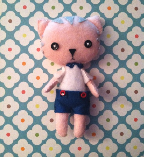 I made a little cat! It's made from acrylic felt (I'll be getting wool blend felt soon). I used a pattern from Gingermelon.