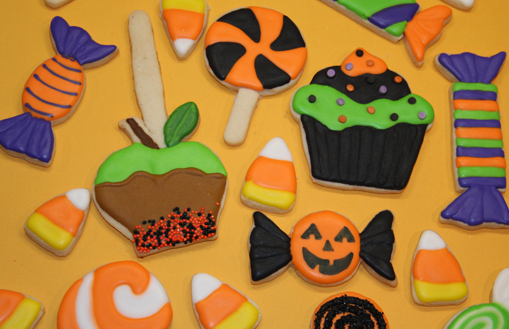 season-0f-the-witch:  Halloween Treats Cookies (by Nadia Bakes)