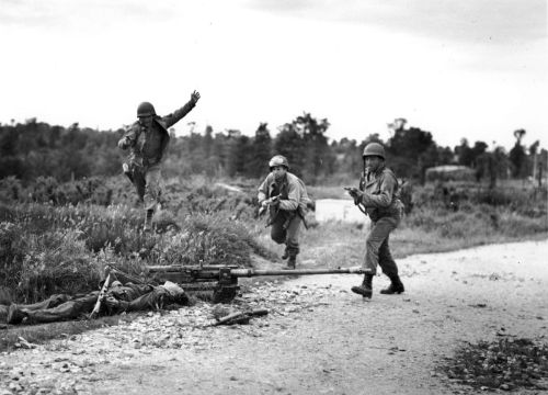 US Army soldiers fighting in Cherbourg (but I really think they're simply horsing around)
