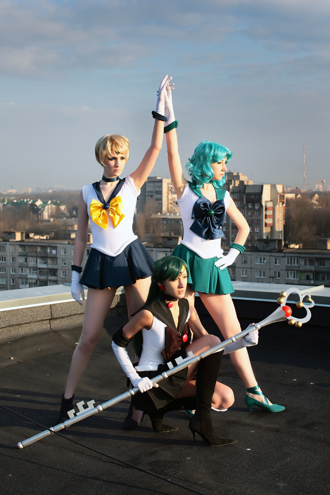 lesbiaaans:  awesomesailormooncosplay:  Uranus: neko-tin;  Pluto: tajfu;  Neptune: Haruhi (no link available)  falls down those babes never gets up