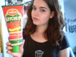 riotgrrrlsarenotdead:  Yes,my new pencil case looks like a ketchup tube~ (the cap is a sharpener!)