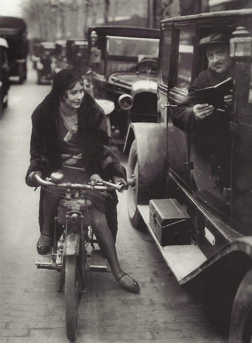 solo-vintage:  Young woman on a motorcycle asking information to a taxi driver, Paris, 1930s