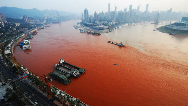 permanentpetrichor:  Yangtze River Turns Red and Turns Up a Mystery Read more.  when the red river flows, take the dirt track