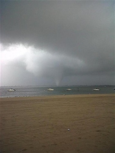 PossibleTornado touches down in NYC area (Photo: Joey Mure / AP) Updated at 2 p.m. ET: A tornado swept out of the sea and hit a beachfront neighborhood in New York City on Saturday, hurling debris in the air, toppling power lines and startling residents who once thought of twisters as a Midwestern phenomenon. . Read the complete story.