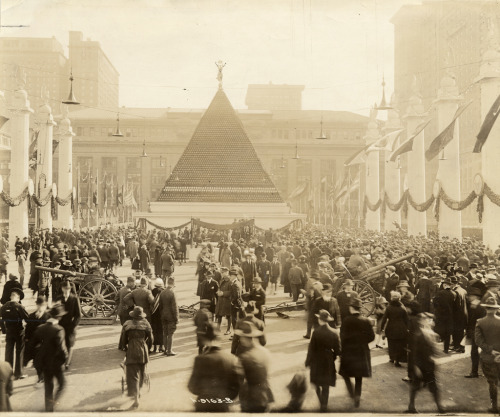 Pyramid of captured German helmets, New York (1918)