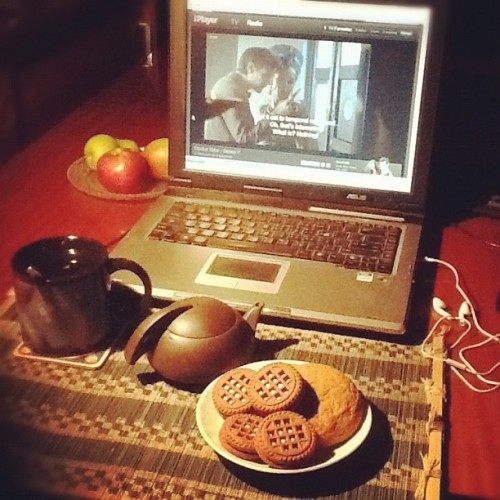 #doctorwho #tea & #biscuits = perfect Saturday evening^ #TardisMug #iPlayer #DinosaursonaSpaceship ☕🍘📺🇬🇧👍😊 (Taken with Instagram at Sani's Place)