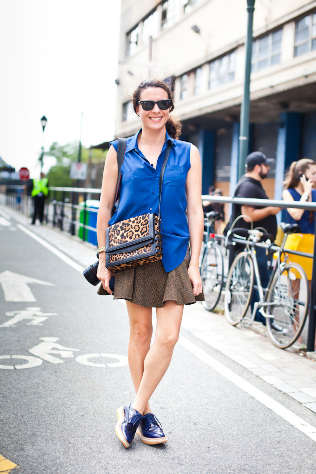 My favorite Bloggeuse ist still Garance Doré and I was happy to see her outside the Prabal Gurung show today. Her looks are never really over the top but super tasteful and chic, I love how she mixes elegant and sporty here, I really think that's the way to go for in the city especially the flat shoes. I am looking for a skirt shape like this to add to my wardrobe, I find it so charming and it does work with heels and flats. I would love the Stella one, but I also love this T by Alexander Wang which is not as pricy, any other shopping advice ? skirt: Stella Mc Cartney; Blouse: Joseph; Shoes: Prada; Bag: Reed Krakoff