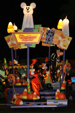 season-0f-the-witch:  Mickey's Halloween Treat parade float (by FrogMiller)