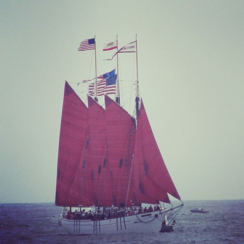 angielupuslife:  #redsails #red #sailboat #ocean #sea #sail #sailing #ship #boat (Taken with Instagram)