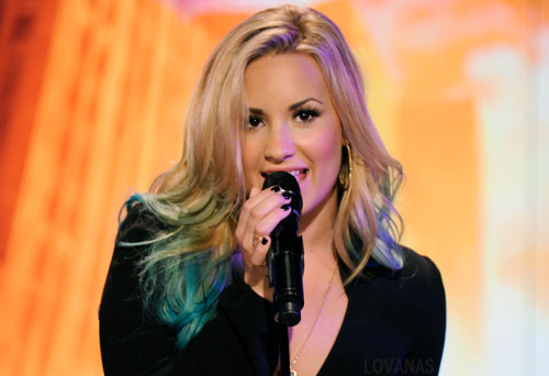 Demi performing on the Katie Couric show  Gorgeous!! Stay tuned for more pictures from Demi's appearance (and performance!) and tune in to see her on Katie in September!