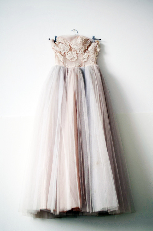 dissolveallyourwishes:  illtakeyouanywhere:   vintage 1950s prom dress by elsa billgren  Beautiful  this is my perfect prom dress and it's by some called elsa, it's fate let me have it please