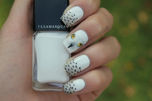 nailsbyveryemily:  nailsbycoewless:  Hedwig on Flickr. Harry's snow owl Hedwig. I love these!www.coewlesspolish.com  awh man I LOVE these!!!
