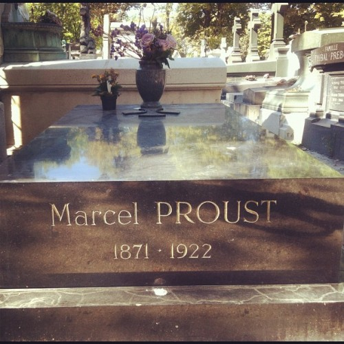 Marcel Proust at Père Lachaise. Is this creepy, these pics? I find PL beautiful and strangely soothing and inspiring. (weirdo alert. Or sanity alert…you choose) #writer #writers #writerslife #literature #books #marcelproust #perelachaise  (Pris avec Instagram à Cimetière du Père Lachaise)