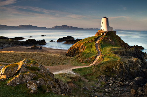 -cityoflove:  Llanddwyn Island, Wales via i.m.j.  I've been heeeeeeeeeeere~ It's really beautiful with the old cottages and lighthouse and the ruins of St. Dwynwen's church, which we climbed around on and just gosh. Our last excursion during our study abroad program was to here and it was just beautiful and perfect and it holds a really special place in my heart. I miss Wales.