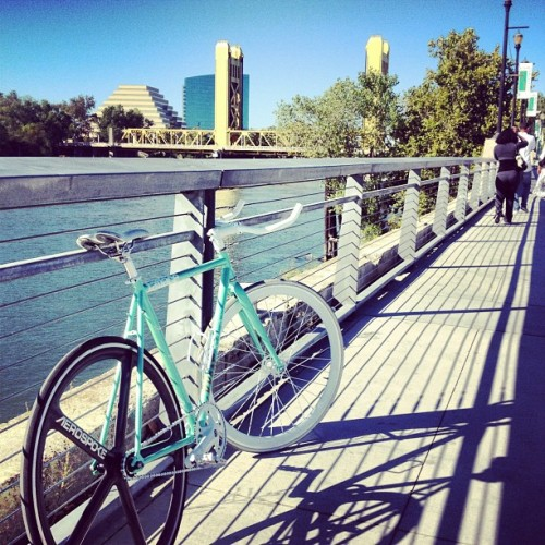 colincphotography:  Beautiful Sunday Afternoon 🌉 #fixie #fixedgear #fgfs @statebicycleco #statebicycle #oldsacramento #aerospoke #unpainted #raw #carbon #fixieporn (Taken with Instagram at Old Sacramento)