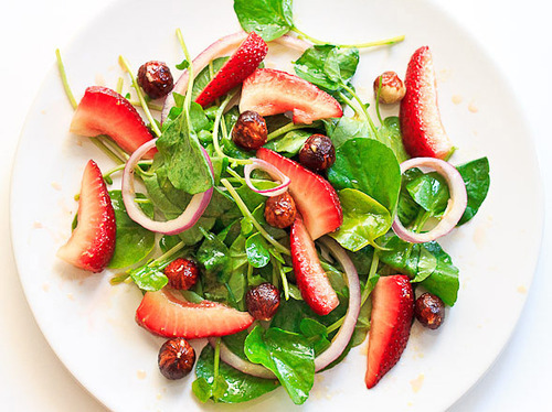 prettygirlfood:  Watercress and Strawberry Salad with Red Onions & Hazelnuts 3-4 cups watercress1 small red onion, thinly sliced (or to taste)4 large strawberries, sliced or quartered1/4 cup hazelnuts1/4 cup olive oil1/8 cup red wine vinegar2-3 tablespoons honey or agave syrupa pinch of salta pinch of pepper Wash watercress leaves and pat dry. Slice or quarter strawberries and thinly slice red onion. Whisk together olive oil, red wine vinegar, honey, salt and pepper. Place watercress, red onion, strawberries and hazelnuts into a bowl and toss will with dressing.