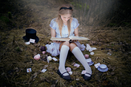 "fairytalemood:  ""Alice in Wonderland"" by Elin Kero"