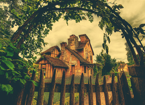 theworldwelivein:  Country Home in French Meadow (by Stuck in Customs)