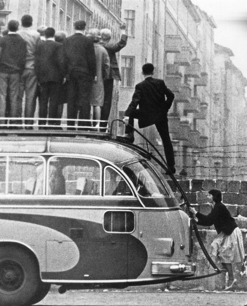 idlesuperstar:  Sightseers at the Berlin Wall, looking into the Eastern Sector, 1961