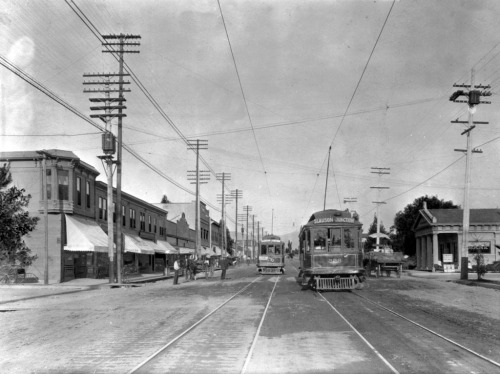 1915 view of Figueroa Street (then named Pasadena Avenue) in Highland Park. Part of the Title Insurance and Trust / C.C. Pierce Photography Collection in the USC Digital Library.