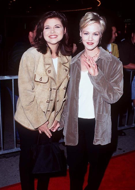 Two very pale faces: Tiffani-Amber Thiessen and Jennie Garth at the 1995 Ace Ventura: Nature Calls premiere.