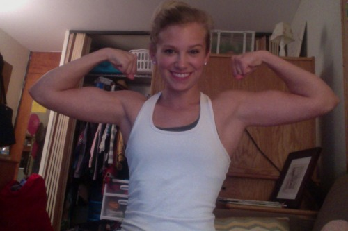 beccaliving:  Successful arms day! I think I got a few surprised looks when I did arnolds and skull crushers…hehe. Sorry about the photo spam today…