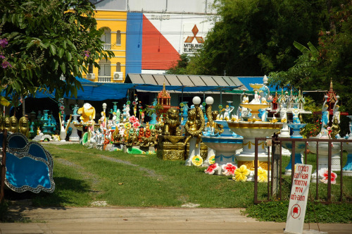 Thai yard statuary in Roiet, Thailand