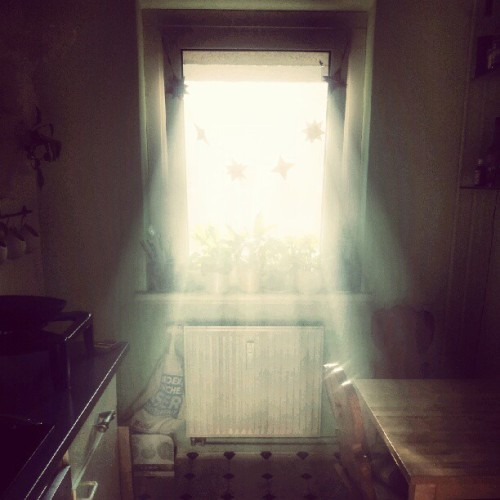 Morning light coming through the kitchen window of our apartment….     #sunlight #morning #Berlin #Germany #sunbeam #amazing #beautiful #mylife  (Taken with Instagram at Dani&Basti's Home)