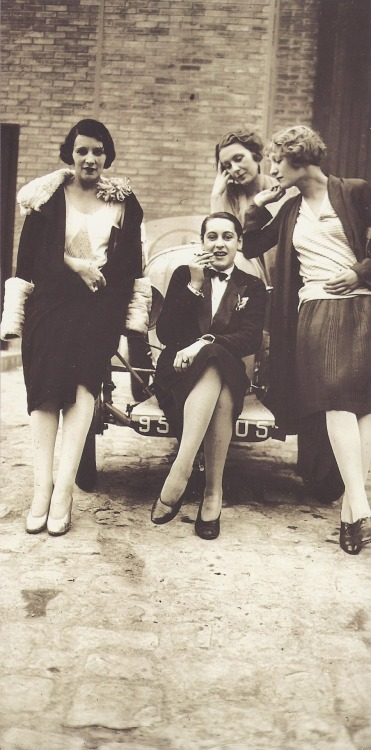 Jacques Henri Lartigue- Les Garçonnes (Bibi, Olga, Day, Michèle Verly), Paris, avril 1928 A classic one !