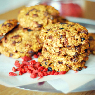 Flat cookies w/ goji berries + cashew. No fat added.