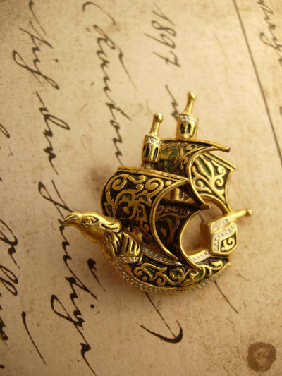 mediumaevum:  A brooch inspired by Viking and Celtic art by VintageSparkles on Etsy A little something for all of us who ship things, but are too timid to talk about it ;)