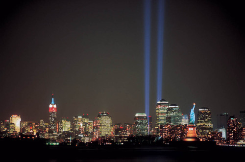 Tribute in Light  Julian LaVerdiere + Paul Myoda (artists),  John Bennett + Gustavo Bonevardi (architects), Richard Nash Gould (architect), Paul Marantz (lighting designer) Photo by Charlie Samuels