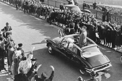 aerotommi:  Charles de Gaulle in his Citroën DS via karburator.hu