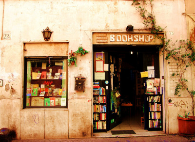 w4lrusss:  Bookshop en Trastevere by Laura Segaz on Flickr.