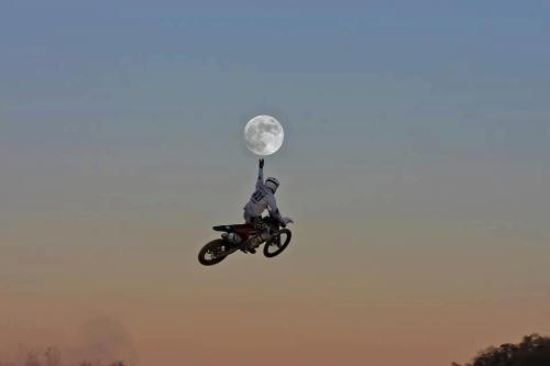 mayberufus:  Flying to the moon…