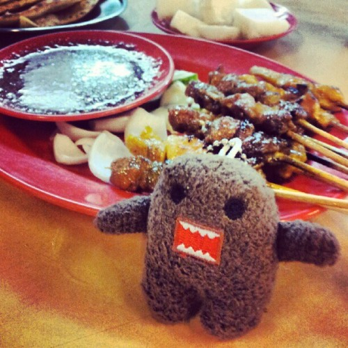 I had the same expression as #domo when the #satay came. We both went #omnomnom :-)  #domokun #food #foodtography #skewers #penang #batuferingghi #travels #malaysia #android #samsunggalaxysii  (Taken with Instagram)