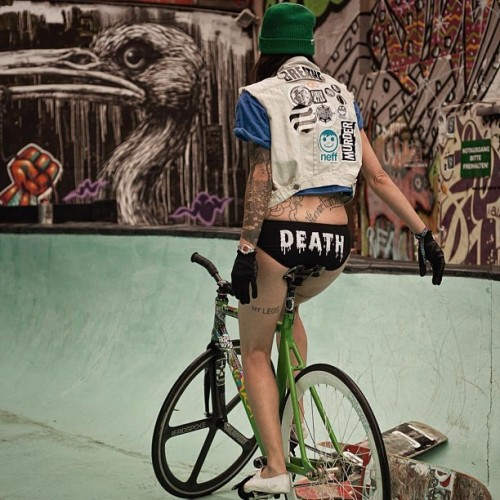 deathshred:  Meet our German friend Janine and make sure to check out her site about fixed gear at www.optimusfixed.com (pic by Oliver Playford) (Taken with Instagram)