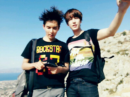the one strange, why wook's hair flow a lot and kyu's hair still very tidy……..