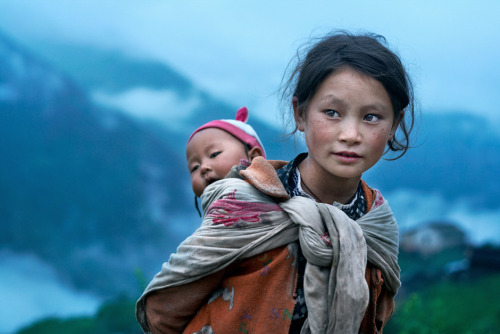 Foto do dia: © Mitchell Kanashkevich. Children of the mountains - village of Thuman, Langtang Valley, Nepal, 2007  Veja+ :: Fotografar é uma ARTE! com: Mitchell Kanashkevich