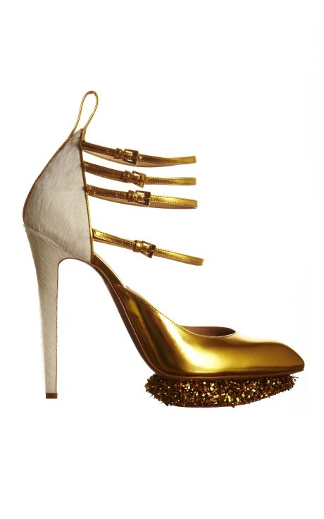 PUMP LUV ;* /// Nicholas Kirkwood for Prabal Gurung… scalloped heel, detailed with gold metallic…pony hair on the heel  credit: moda operandi