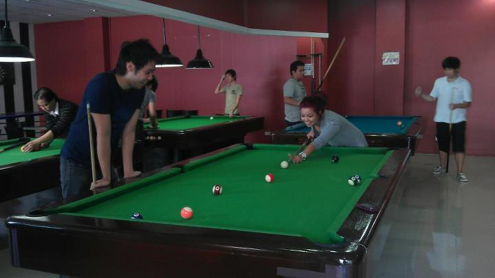 #WhenIFail First time I tried actual billiard, aside from phones (Lol) but hey, I won 2 games against alyssa. Not on this guy right here thoughh. He just killed me. Hahaha