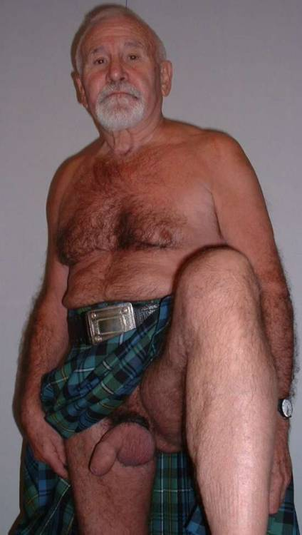 lovesexandhumor:  Guys in kilts always welcome to flash! ;)
