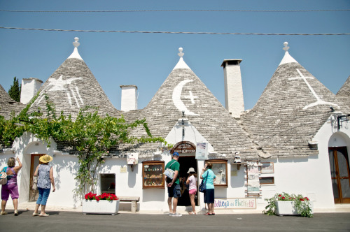 andiabesamis:  Alberobello, Puglia Found in a bottomless well of forgotten pictures. See a few more here: Puglia